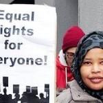 Refugeeaktivistin mit einem Schild für gleiche Rechte für alle